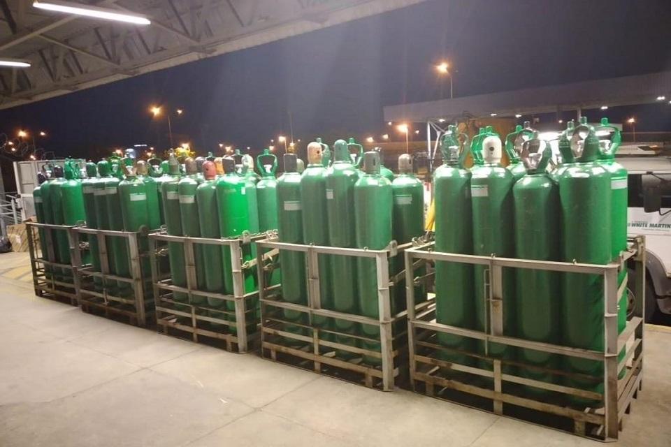 Cilíndros verdes de oxigênio armazenados