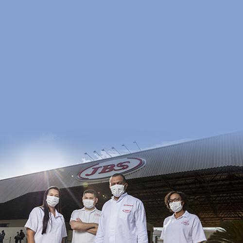 4 pessoas de máscara ao fundo da Sede da JBS com Logo JBS na fachada