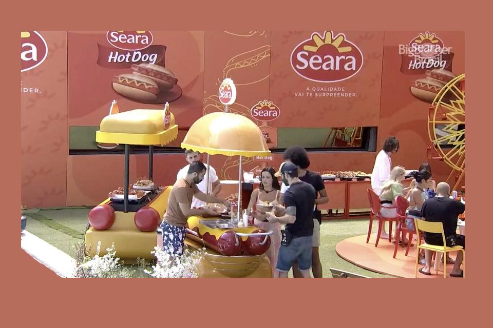 Quiosque da Seara com pessoas fazendo degustação de Hot Dog