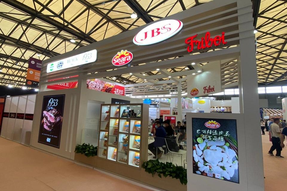 Stand da JBS, Friboi e Seara em uma feita da China, com exibição de produtos