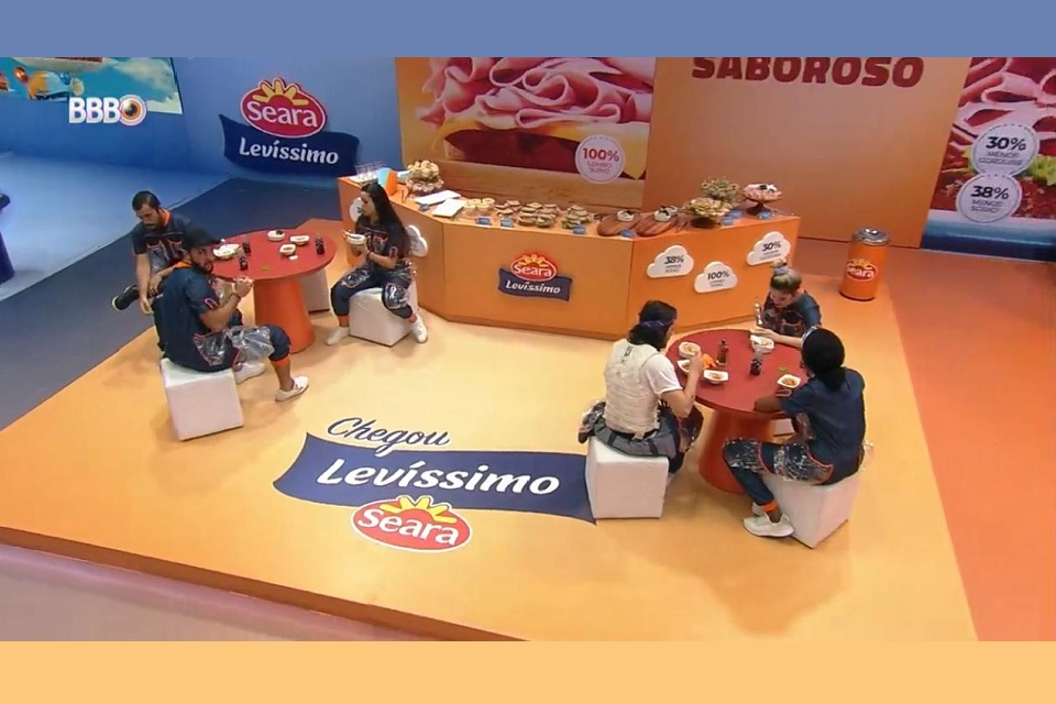 Stand de exposição da marca Levíssimo da Seara, 2 grupos de pessoas fazem degustação de produtos em mesas