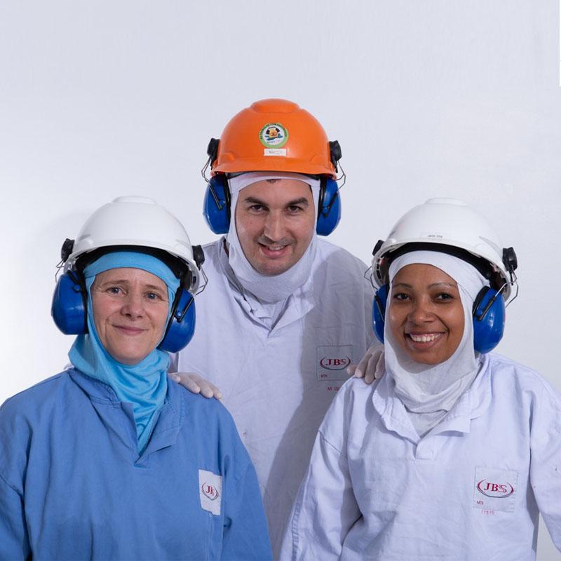 3 colaboradores da jbs, um homem e duas mulheres