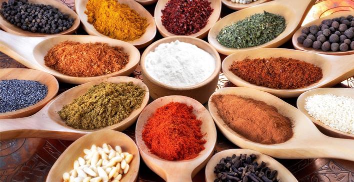 colheres de madeiras com ingredientes e proteínas